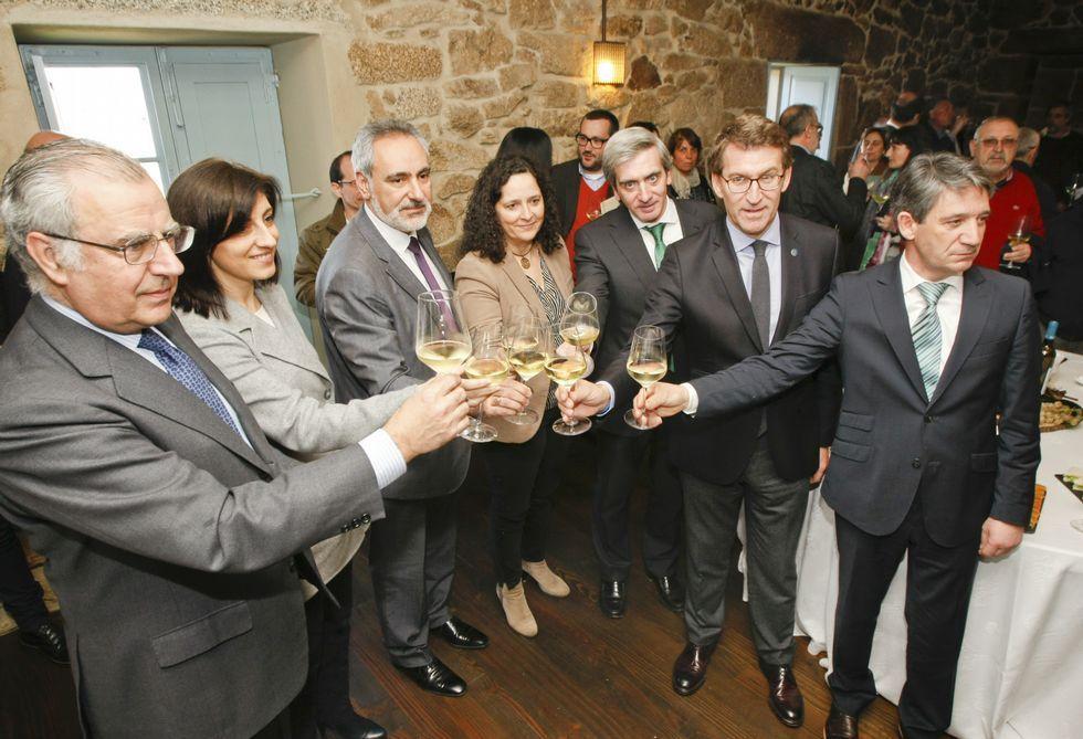 <span lang= gl >«¿E que fago agora con 62 anos?»</span>.Al terminar el acto, autoridades y bodegueros brindaron con vinos de Rías Baixas.