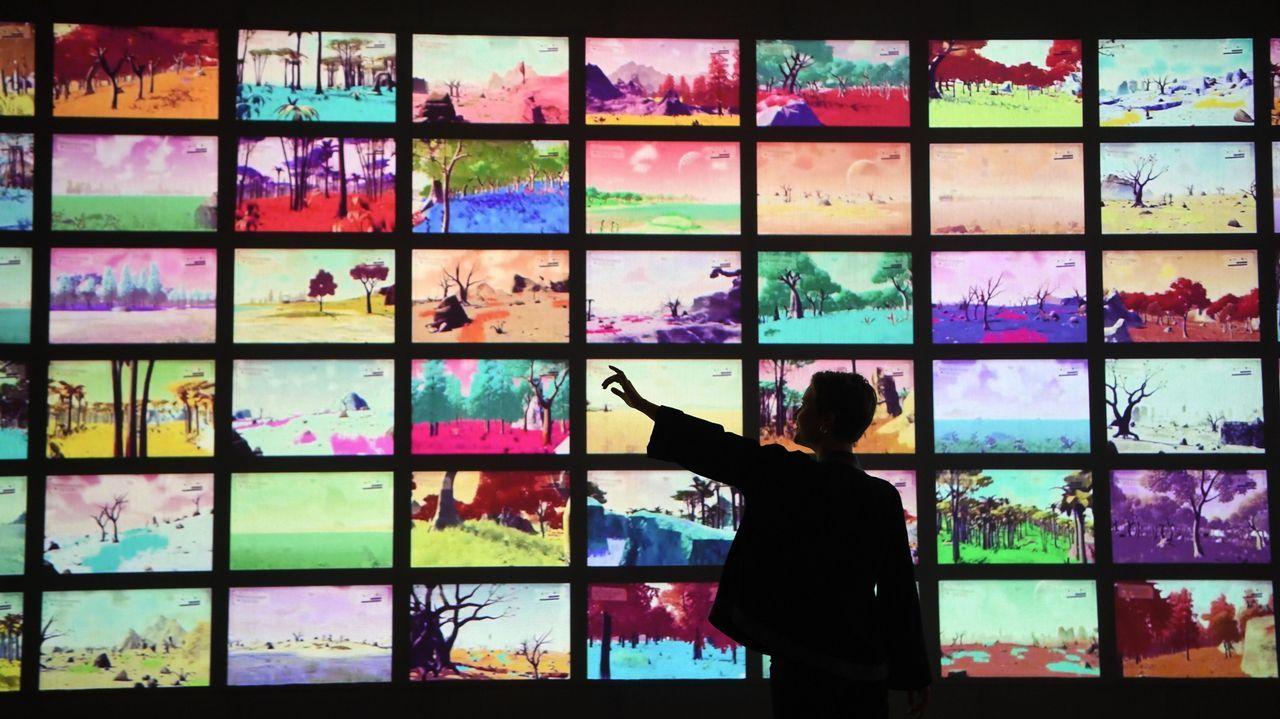 .Una joven interactúa con unas pantallas durante la presentación a la prensa de la exposición «Videogames: Design/Play/Disrupt» en el museo londinense Victoria & Albert