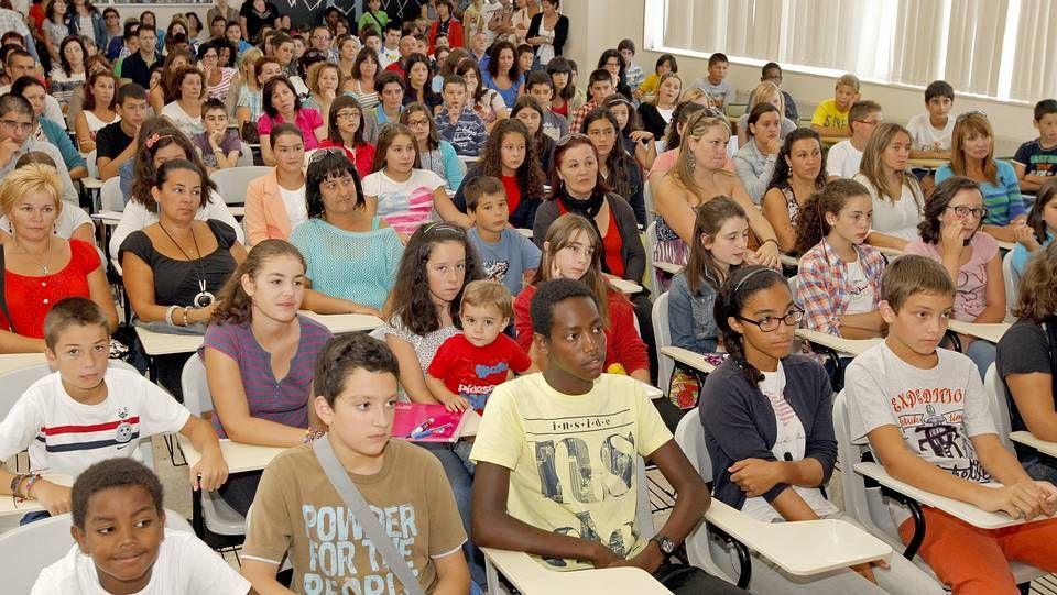 El primer día de clase en Educación Secundaria en Galicia.Una osa con sus oseznos en Os Ancares, en una imagen tomada en el 2010.