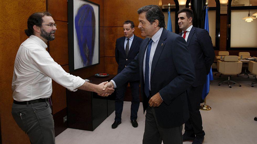 El presidente del Principado, Javier Fernández, y el rector de la Universidad de Oviedo, Santiago García Granda, firman el contrato-programa.Reunión entre PSOE y Podemos para negociar los presupuestos de 2018