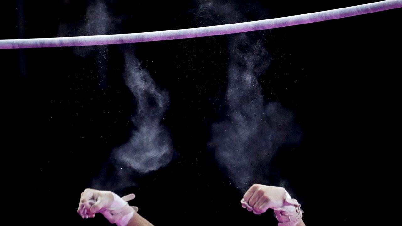 El japonés Tomomasa Hasegawa pierde el agarre en el clasificatorio de barra fija masculino de gimnasia artística durante los Juegos Asiáticos 2018 celebrados en Yakarta