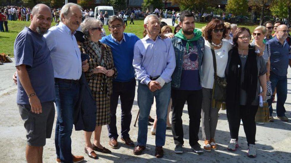 .El alcalde y varios concejales junto a los vecinos en la Romería del Cristo, en las fiestas de San Mateo 2017