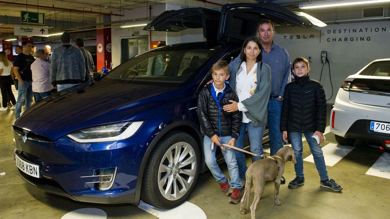 La familia Fuertes intentó recargar sus Tesla en la electrolinera Galp de Lapido (Ames) el pasado fin de semana