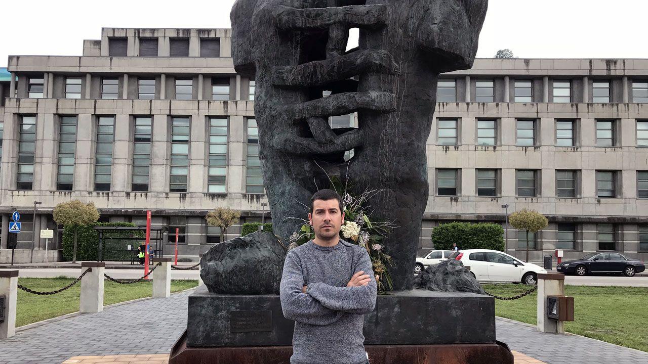 Castillete del pozo Maria Luisa.Héctor Argüelles posa ante el monumento al minero de Mieres
