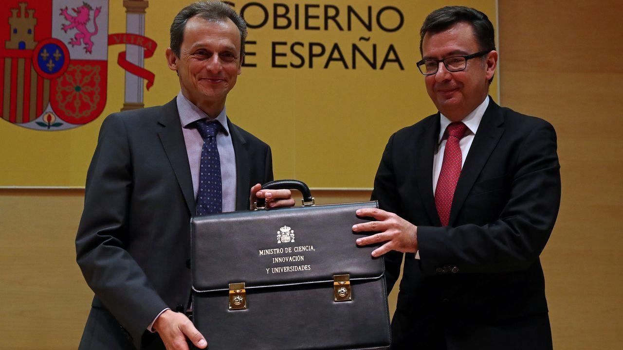 El ministro de Ciencias, Innovación y Universidades Pedro Duque recibe su cartera del saliente ministro Román Escolano.