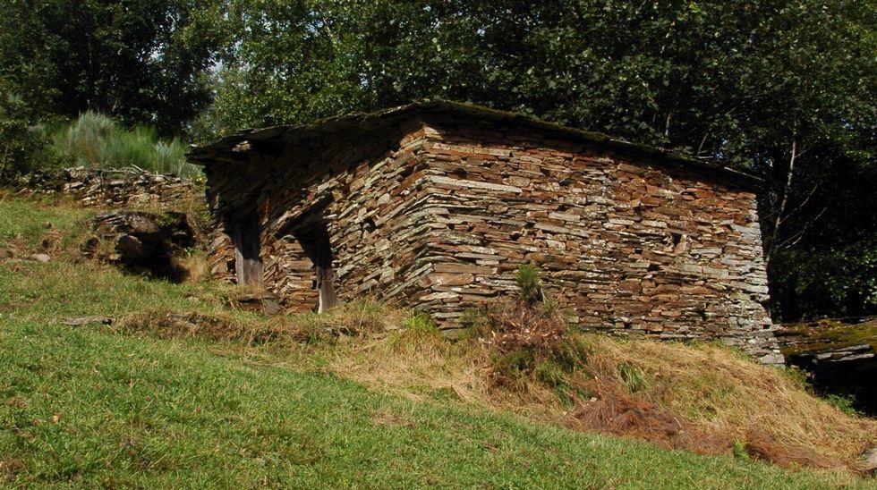 Na comarca consérvanse moitas construcións relacionadas coa agricultura, como esta cabana situada cerca de Miraz