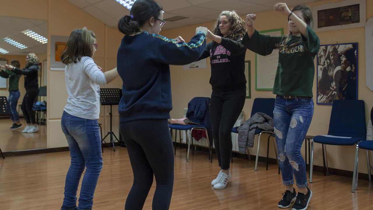 Un grupo de alumnas en una clase de baile y danza tradicional