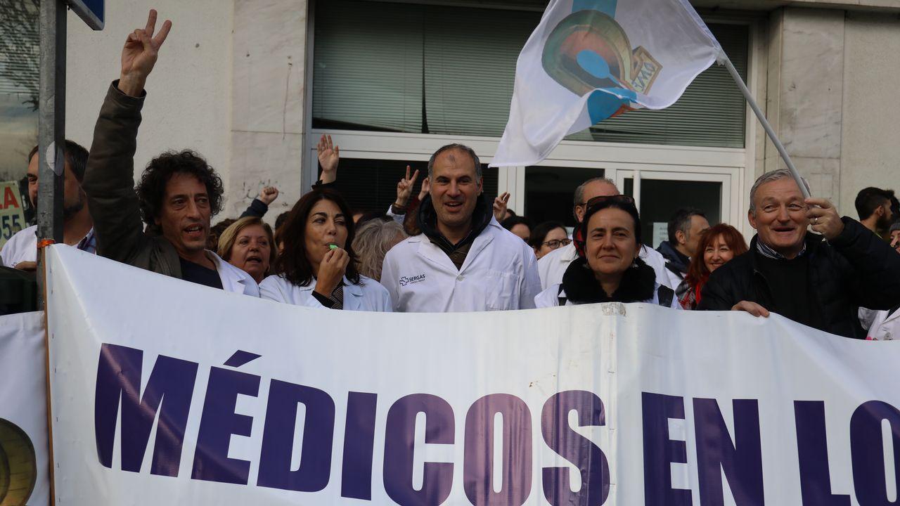 Médicos del Sergas llevan su protesta por la falta de personal a las puertas del Parlamento gallego.El conselleiro de Sanidade, Jesús Vázquez Almuíña