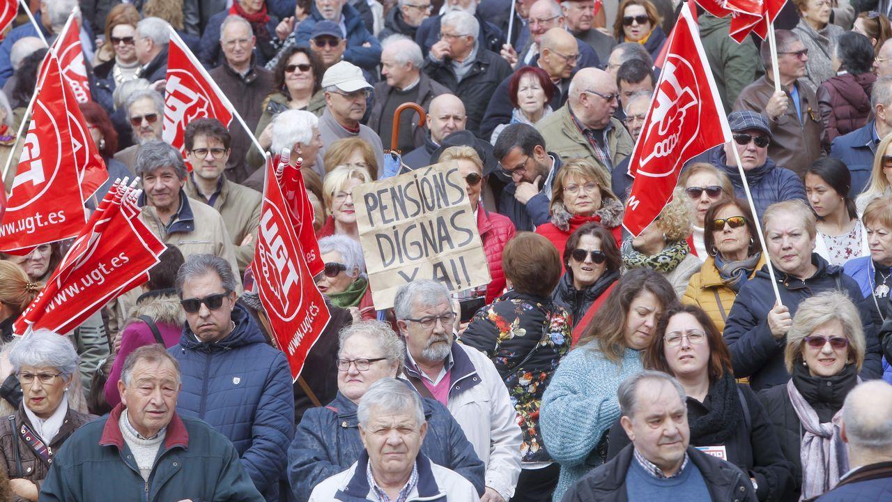 .Miles de jubilados salieron ayer a la calle en Galicia para exigir al Gobierno pensiones dignas que no pierdan poder adquisitivo.