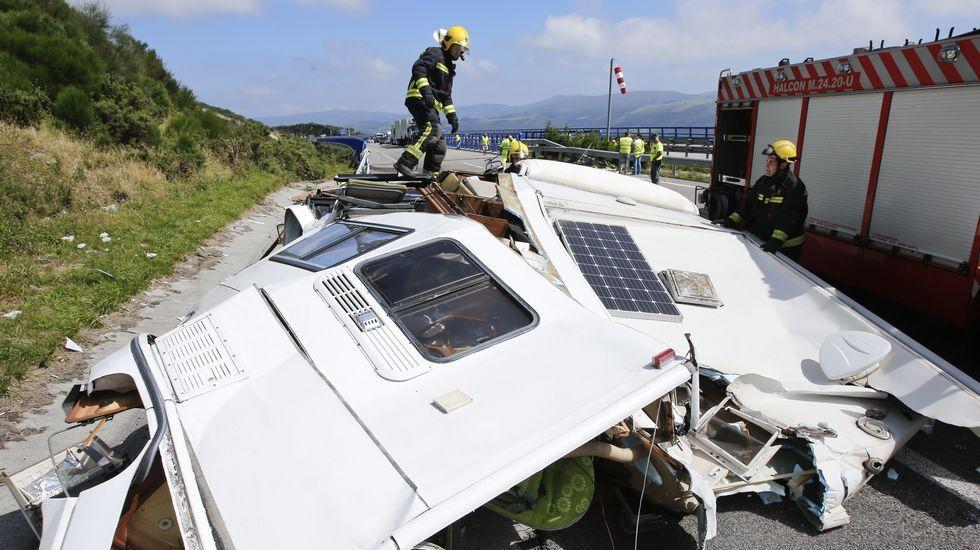 La A-8 cortada porel choque entre una autocaravana y un camión.