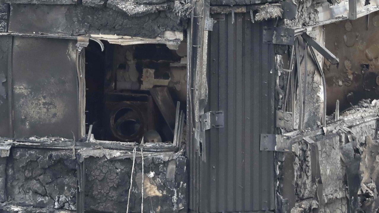 Así se vivió el incendio en los pasillos de la Torre Grenfell.Un grupo de pasajeros consulta los vuelos en el Aeropuerto de Asturias