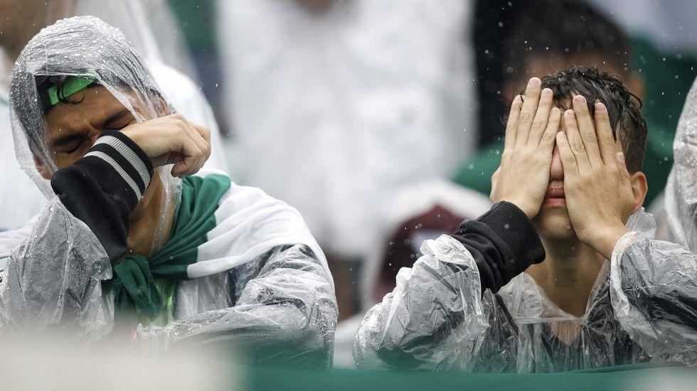 Chapecó despide bajo la lluvia a sus héroes.La camiseta del Oviedo con una cita en honor a los miembros del Chapecoense fallecidos esta semana