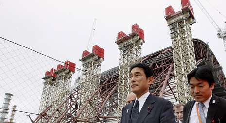 El ministro de Exteriores de Japón visitó Chernóbil para asesorarse sobre el nuevo sarcófago.