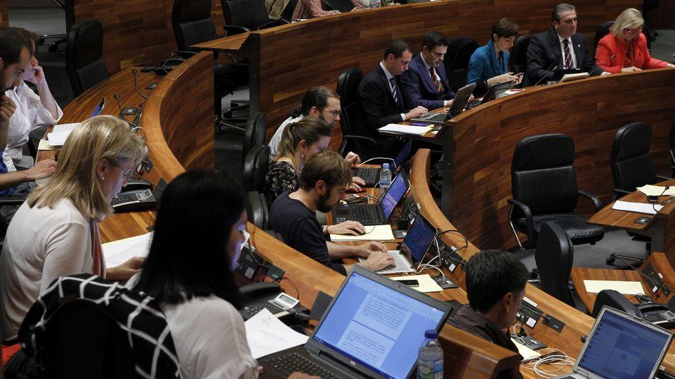 Dacio Alonso, de UCE-Asturias, con Daniel Ripa y Rosa Espiño, de Podemos.Dacio Alonso, de UCE-Asturias, con Daniel Ripa y Rosa Espiño, de Podemos