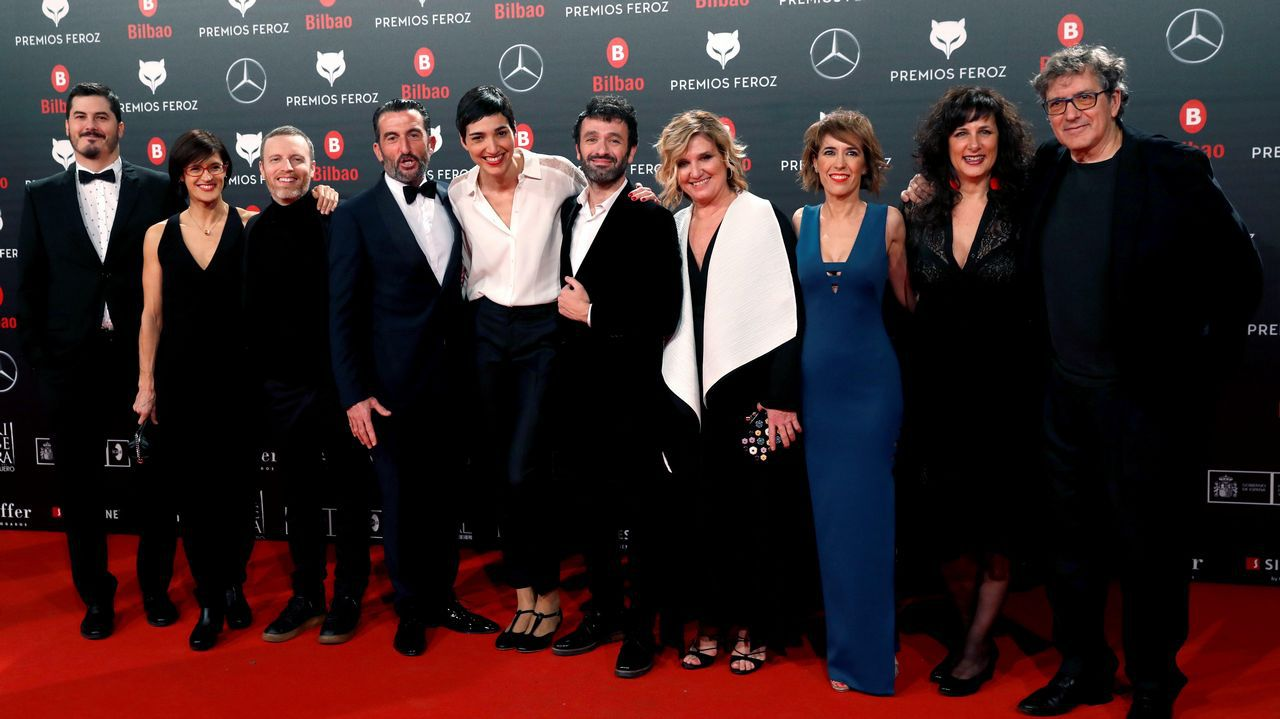 El equipo de  El reino , dirigida por Rodrigo Sorogoyen (c), posa a su llegada a la sexta edición de los Premios Feroz 2018