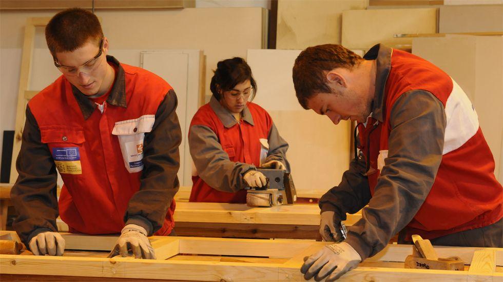 Jóvenes en una escuela taller municipal en Gijón