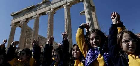 Una política polémica.Niños griegos forman una cadena en la Acrópolis, en un país donde el 10 % de los críos tienen problemas de alimentación.