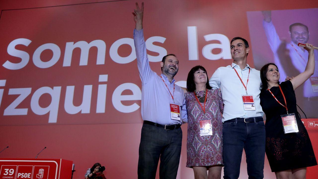 .José Luis Abalos, Cristina Narbona, Pedro Sánchez y Adriana Lastra saludan a los delegados