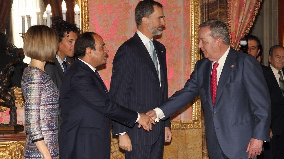 El presidente de Egipto, Abdel Fattah Al-Sisi, saluda al presidente y editor de La Voz de Galicia, Santiago Rey Fernández-Latorre, que acudió al acto de recepción que los reyes de España celebraron en La Zarzuela