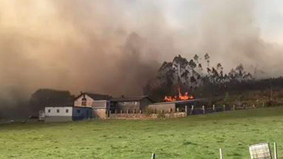 Arden más de 140 hectáreas en varios fuegos registrados en la provincia de A Coruña.IMAGEN DE LAS LLAMAS EN SANTA MARIÑA