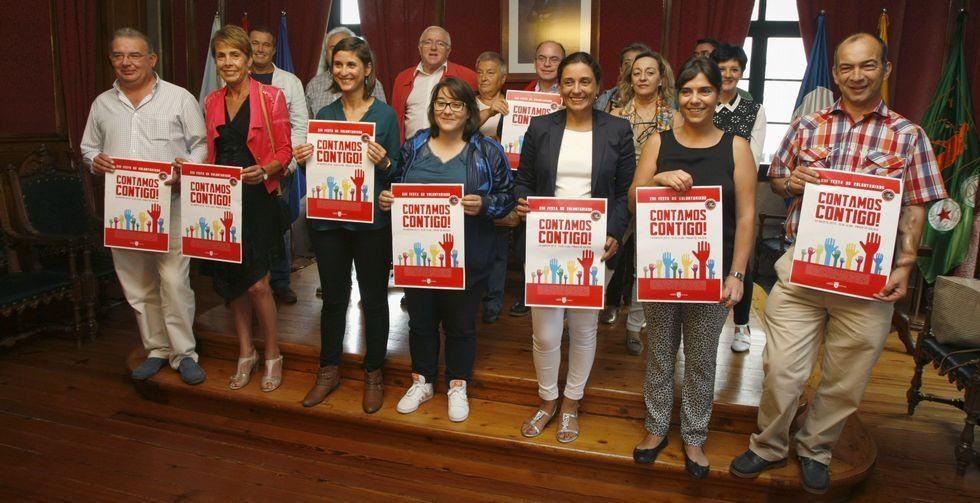 .Representantes de cada asociaciónn presentaron ayer por la mañana el cartel en el Concello.