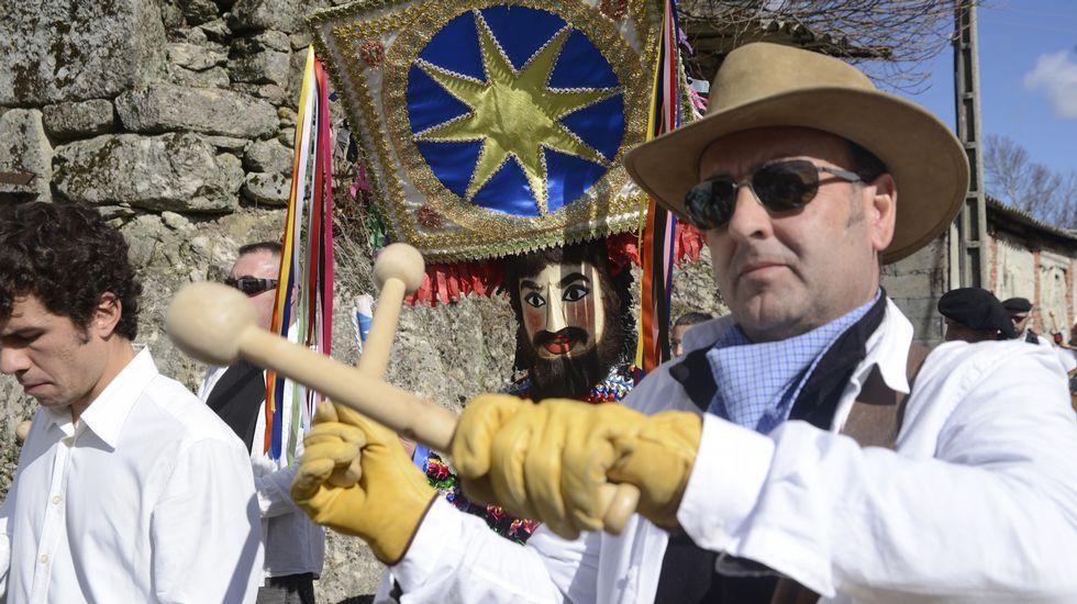 Desfile de entroido en Manzaneda.Desfile de fulións y carrozas en Vilariño de Conso