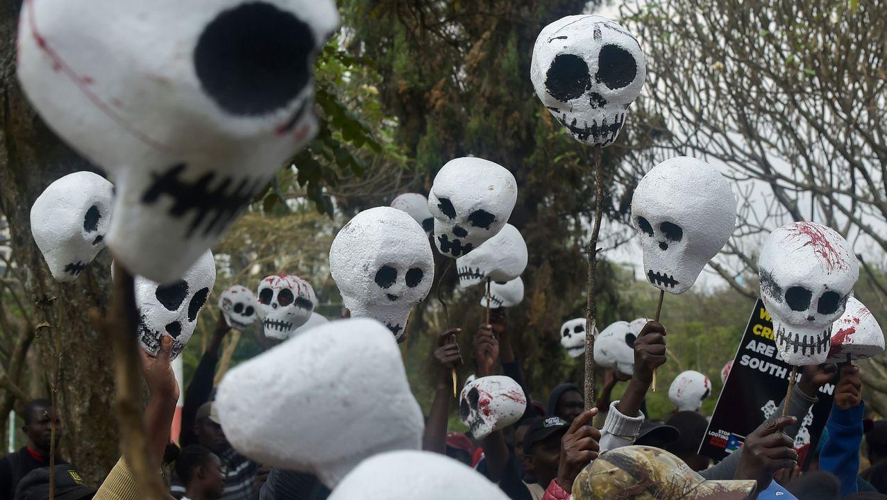Ciudadanos de Sudán del Sur que viven en Kenia sostienen figuras con forma de cráneos mientras se manifiestan en la capital, Nairobi