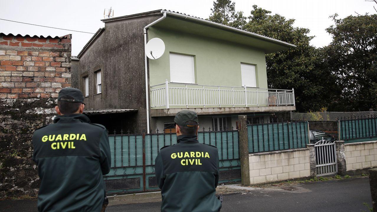 Agentes de la Guardia Civil realizan un registro en una vivienda de Taragoña, en Rianxo