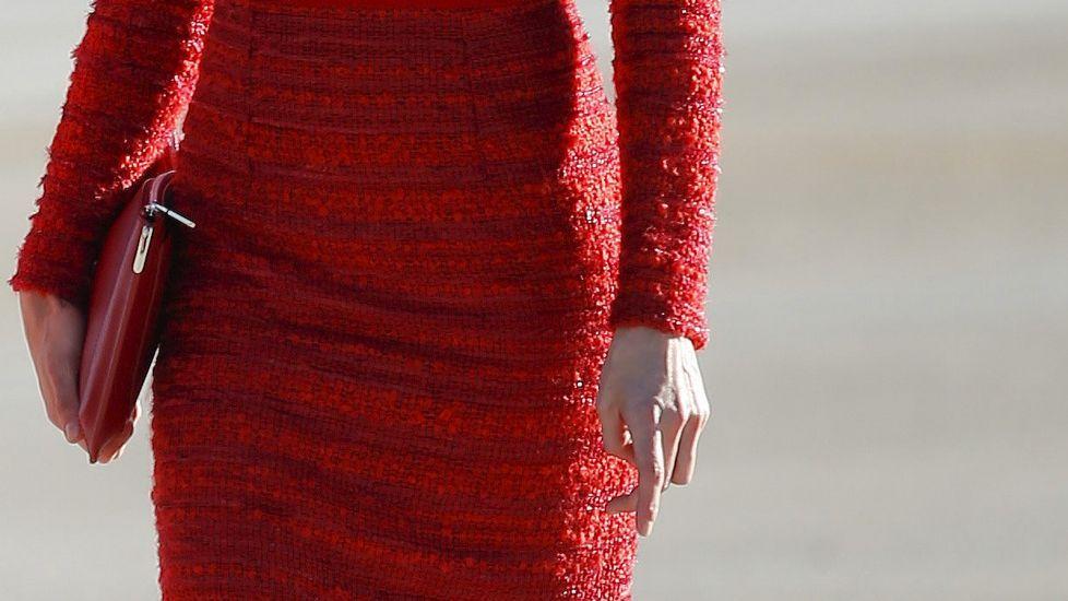 .Letizia se decantó por un «total look» en rojo, con vestido, bolso y zapatos en ese color.