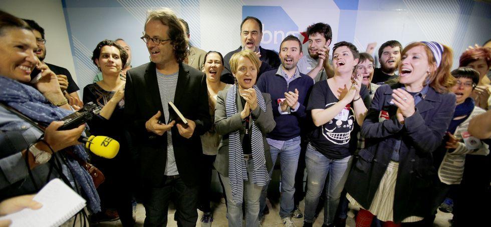 La noche electoral el Lugo.El cabeza de lista del BNG, Xosé Manuel Carril, aplaudido por los suyos ayer en su sede.