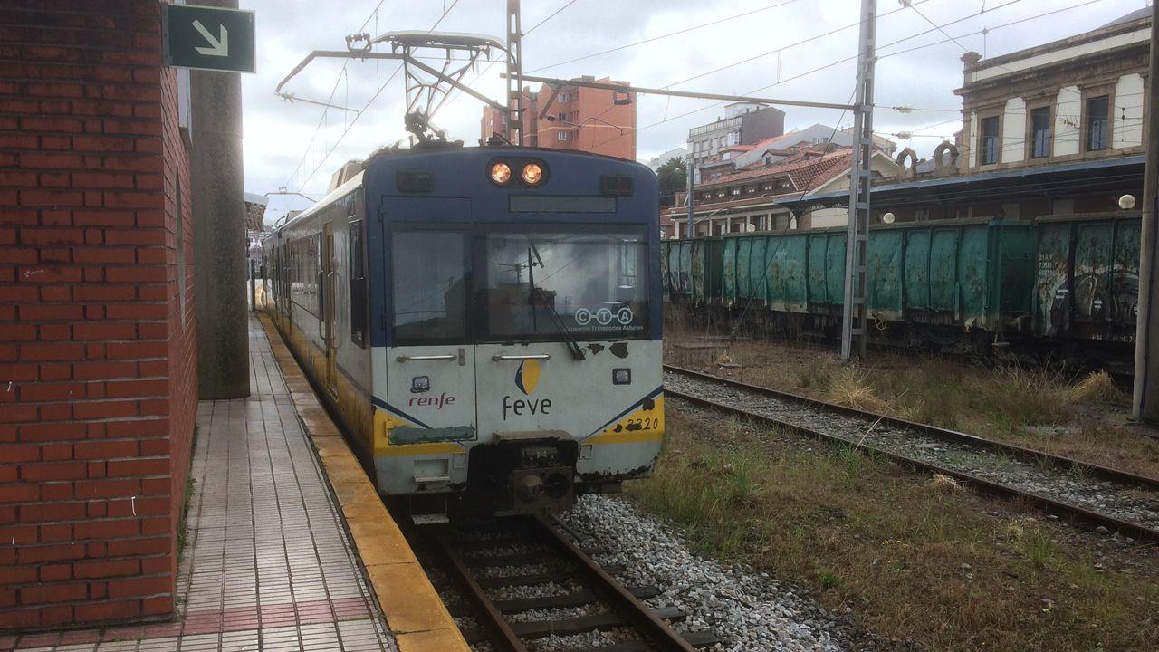Llueve dentro de la estación de Renfe de Oviedo.Tren de ancho métrico