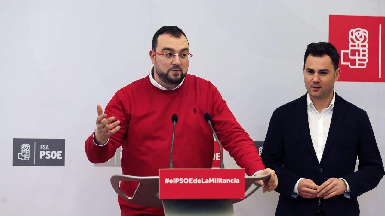 Javier Fernández preside el Consejo de Gobierno del Principado entre Dolores Carcedo y Guillermo Martínez.El secretario general de la FSA-PSOE, Adrián Barbón (i), y el secretario general del PSOE de León, Javier Cendón (d)