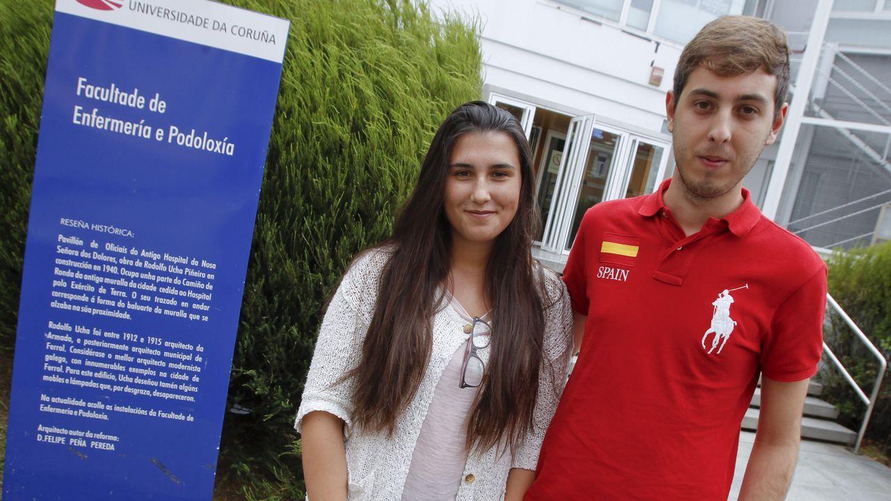 Laura y Gabriel, retratados ayer a las puertas de la Facultad de Enfermería