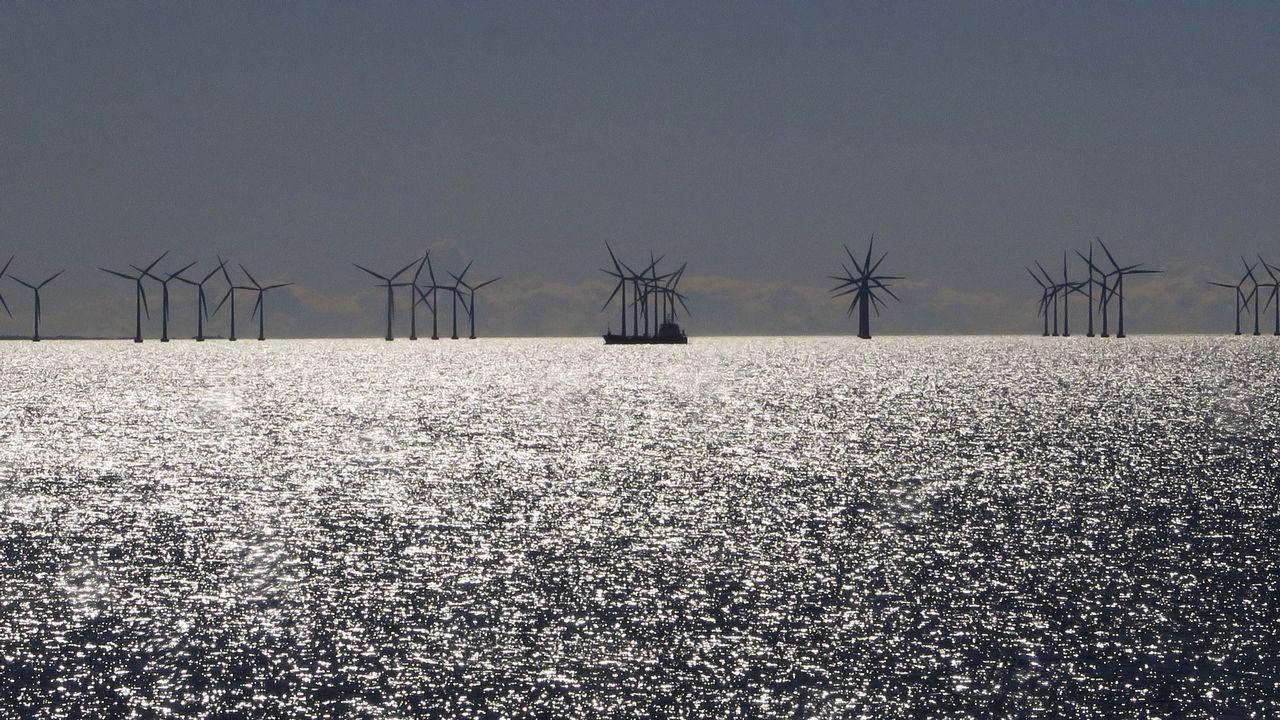 Un barco, entre los molinos de viento frente a las costas de Copenhague