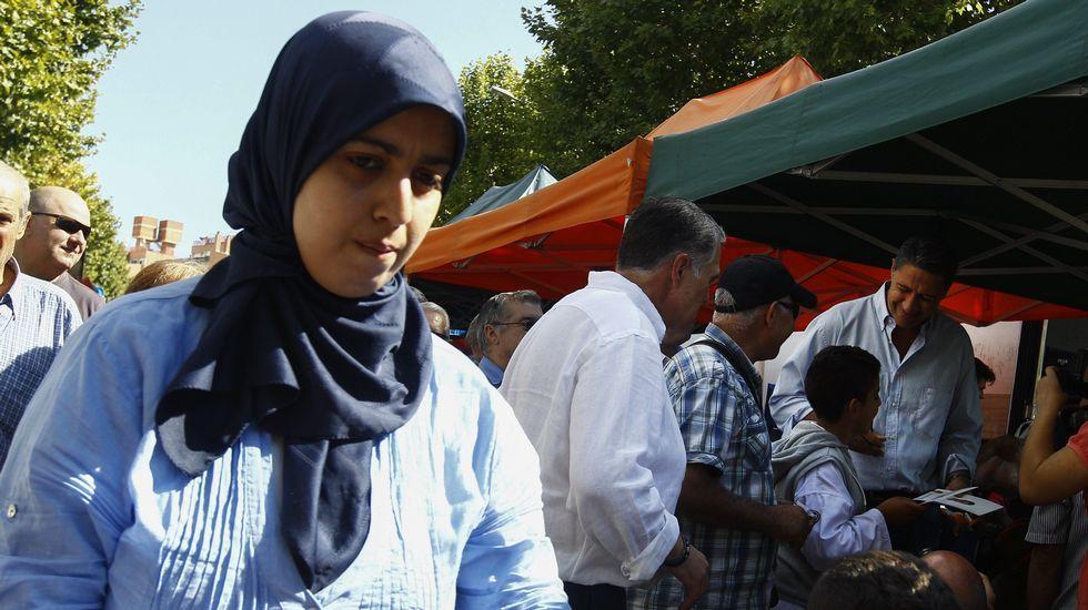 Rajoy, recibido con abucheos y gritos de «independencia» en Reus.Una mujer musulmana pasa por delante de Albiol esta mañana en Mataró