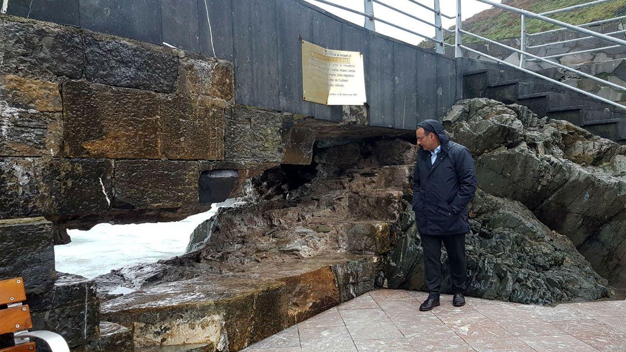 Fernando Lastra, ante el boquete abierto en el dique de Cudillero