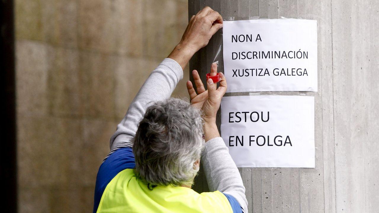 «Galicia es un ejemplo a seguir en seguridad vial, un referente».La moto del agente Pardines, en el suelo