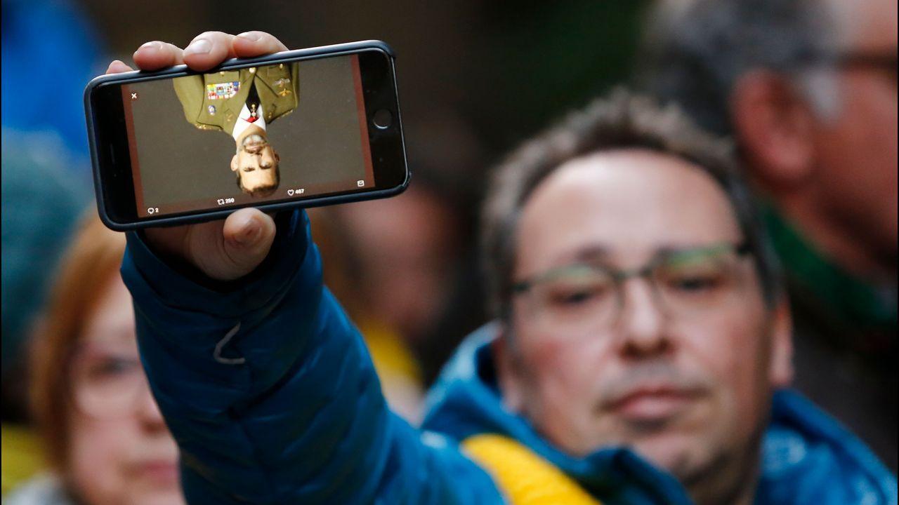Los manifestantes portaban fotos de FelipeVI del revés