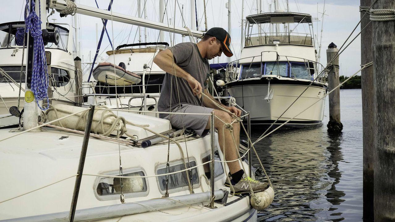Un hombre prepara su barco ante la llegada de «Irma».