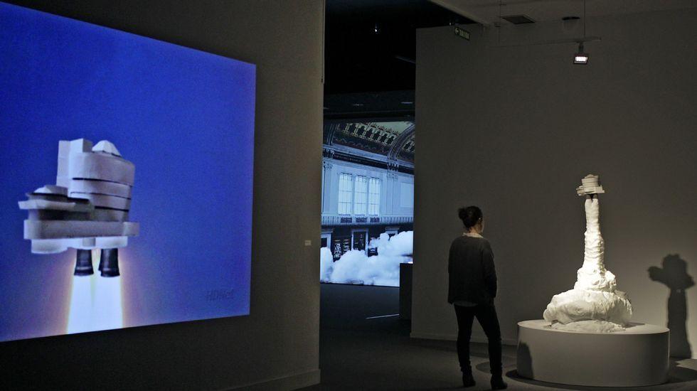 Obras.Álvaro Negro (a la izquierda), delante de un cuadro suyo de esmalte sobre cristal, junto a Teo Soriano, en la galería madrileña F2