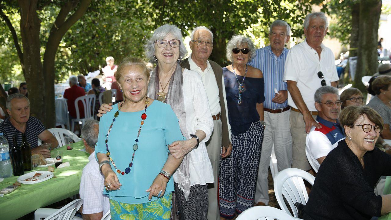 La artesana Susana González, entre los investigadores de la UDC Jorge Sanjurjo y Juan Luis Montero, con los cuencos mesopotámicos que reprodujo para su proyecto