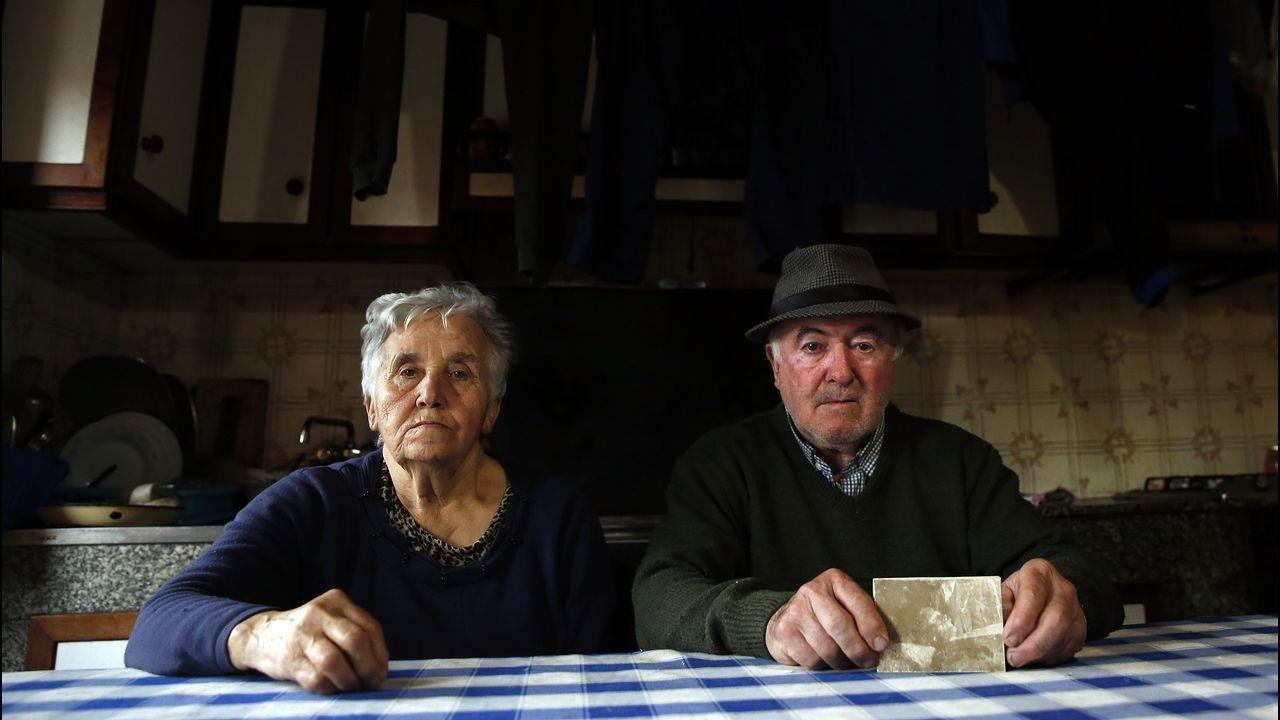 José, en su casa junto a su mujer, sostiene la única imagen que conserva de su abuelo.