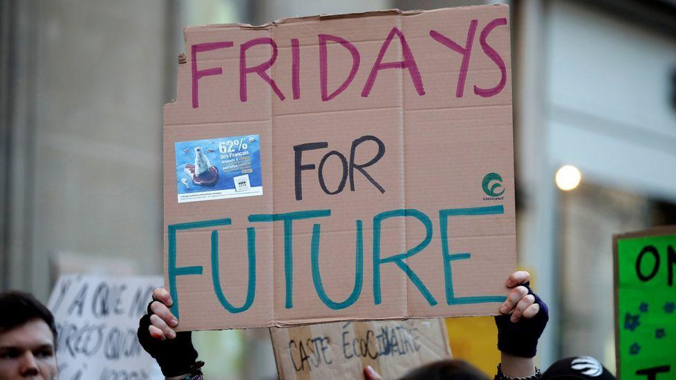 Las cigüeñas y los cormoranes toman posesión de la comarca.Pancarta en la movilizacion de jovenes en París dentro de los Fridays for Future (Viernes por el Futuro)