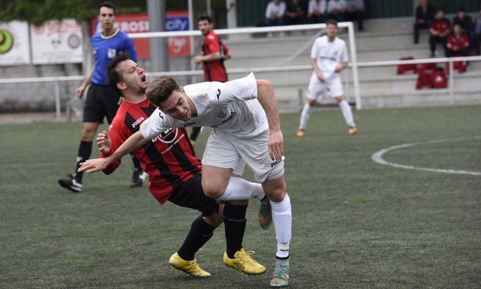 El delantero del Castriz Álex Flores y Richi en una jugada del partido disputado en Vimianzo.