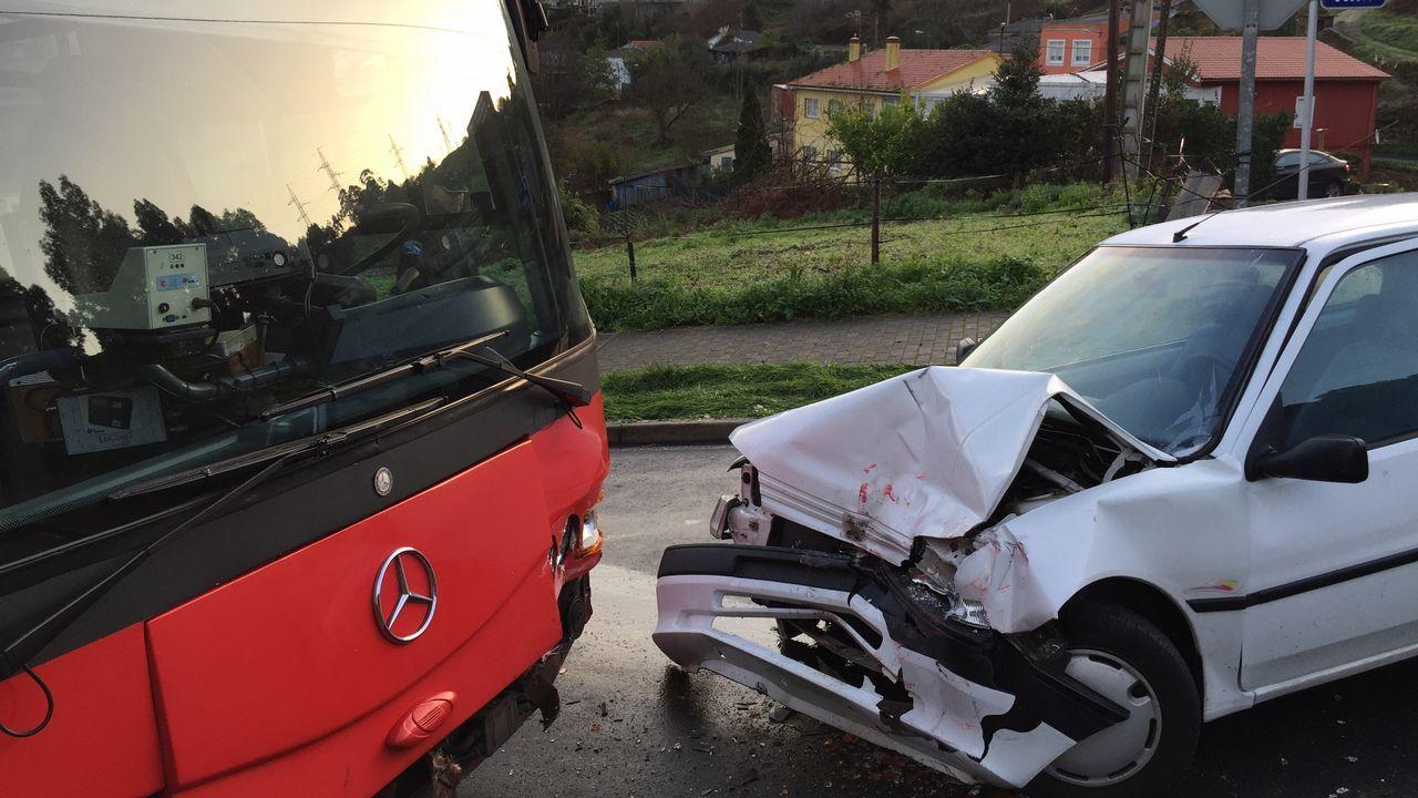 .Castro de Elviña: choque frontal entre un bus urbano y un turismo