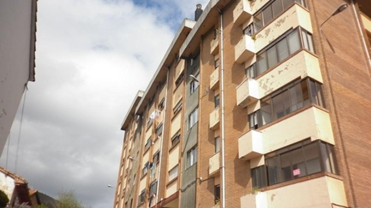 Concentración de afectados por la hipoteca contra un desahucio.Pisos en venta en Oviedo