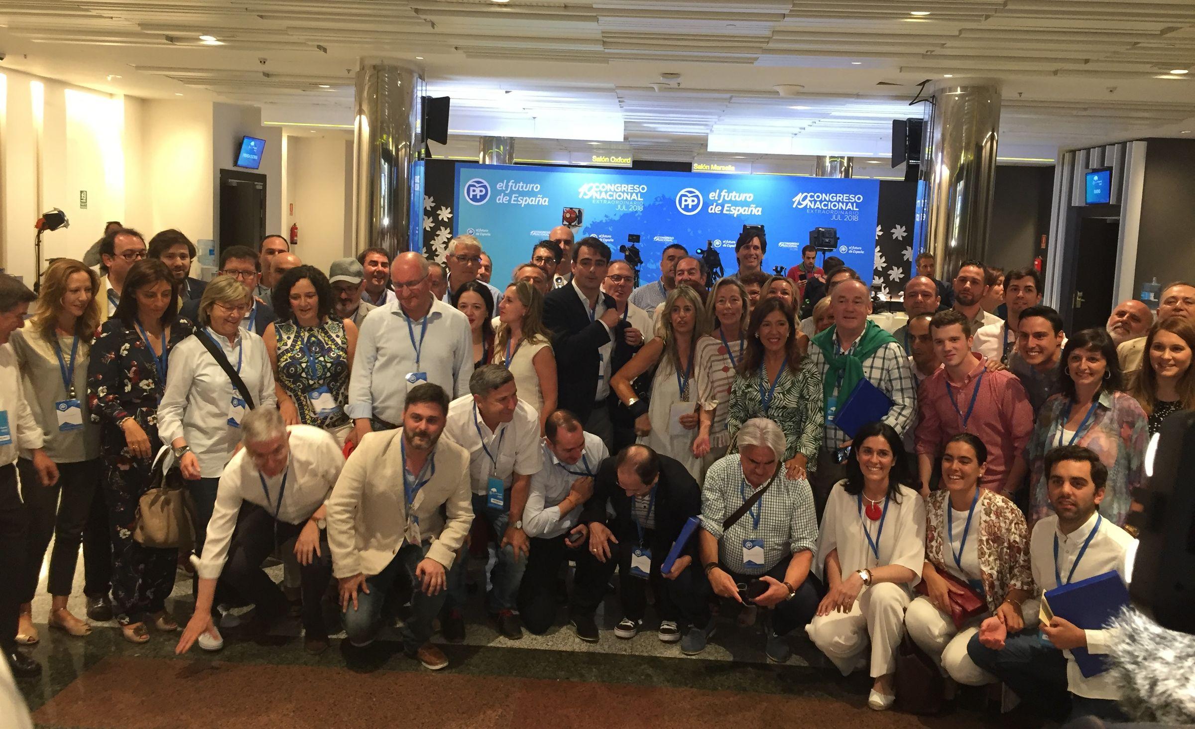 Foto de familia de los compromisarios de A Coruña en el Congreso del PP