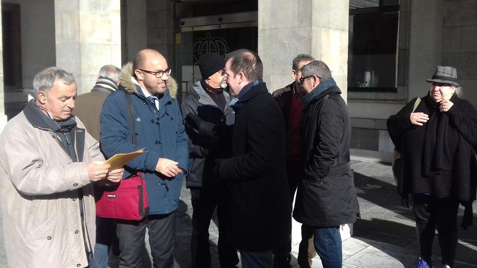 Protesta solidaria de los trabajadores de las cafeterías del campus de Viesques.Txomín Goñi Tirapu, Alberto Suárez y José Ángel Gayol