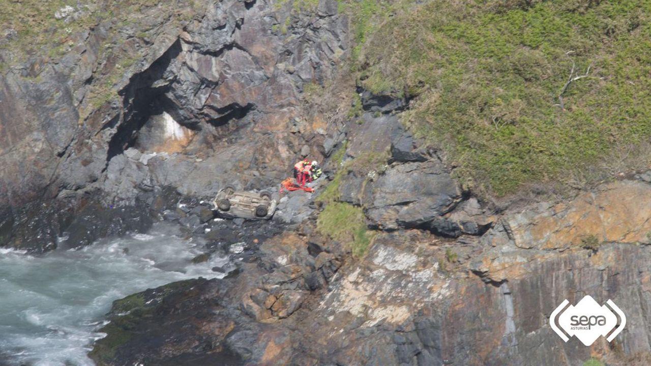 Un grupo de pasajeros consulta los vuelos en el Aeropuerto de Asturias.El herido cayó por un acantilado de más de 20 metros