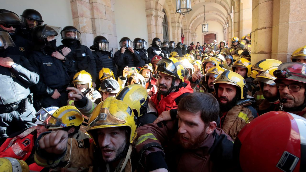 Decenas de bomberos denunciaron el deplorable estado de sus parques de trabajo